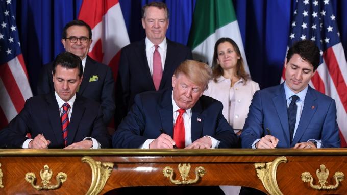 墨西哥總統潘尼亞尼托(左一)、美國總統川普、加拿大總理杜魯多(右一) 去年底簽署美加墨新貿易協定。(圖片:AFP)