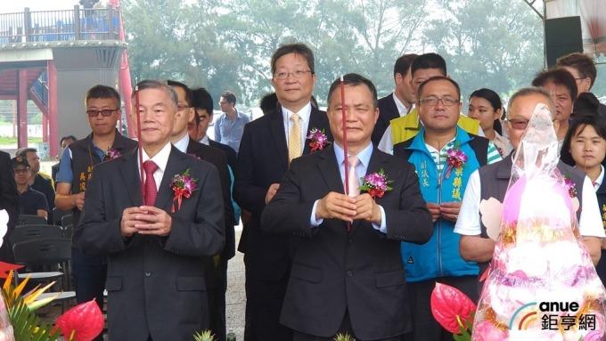 經濟部長沈榮津(前排左)。(鉅亨網記者彭昱文攝)