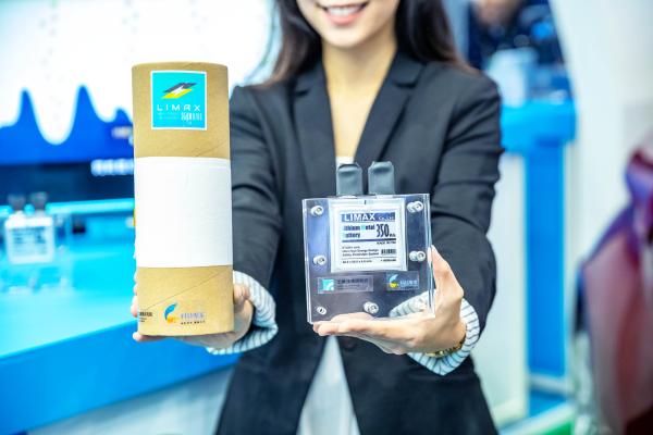 將「高能量鋰金屬固態電池」應用於手機、穿戴式裝置甚至是電動車上,使用時間可增加至少 1 倍以上。