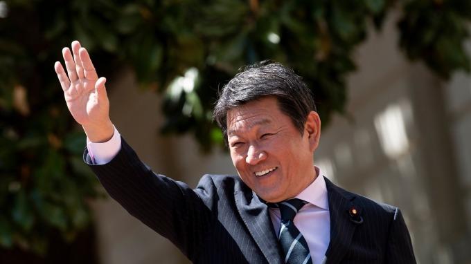 日本經濟財政大臣茂木敏充重申,消費稅增稅將依照原定時程在10月上路。 (資料照片) (圖片:AFP)