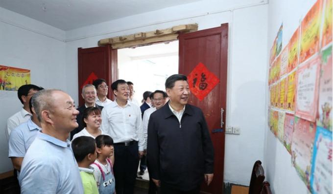 大陸國家主席習近平與中國副總理劉鶴探視江西老人社區與當地稀土產業。(圖片:翻攝自新華網)