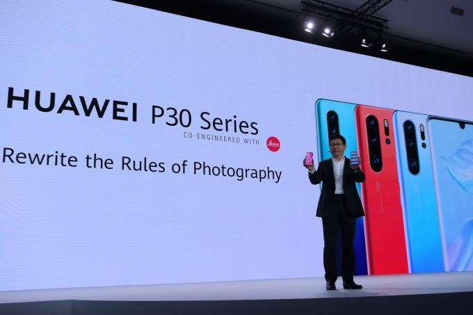 華為消費者業務 CEO 余承東與 P30 系列智慧型手機 (圖片:AFP)