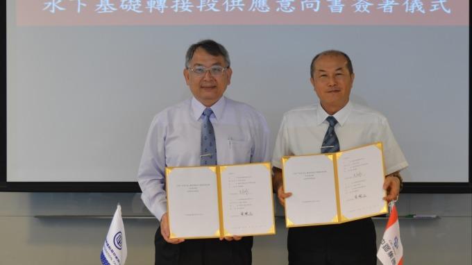 台船總經理曾國正(左)和興達海洋總經理呂武雄(右)簽署鋼構供應意向書。(圖:台船提供)