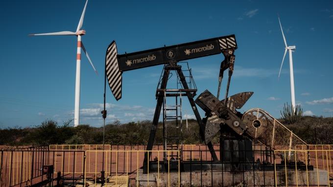 美國原油庫存意外大增,導致油價走跌。(圖片:AFP)