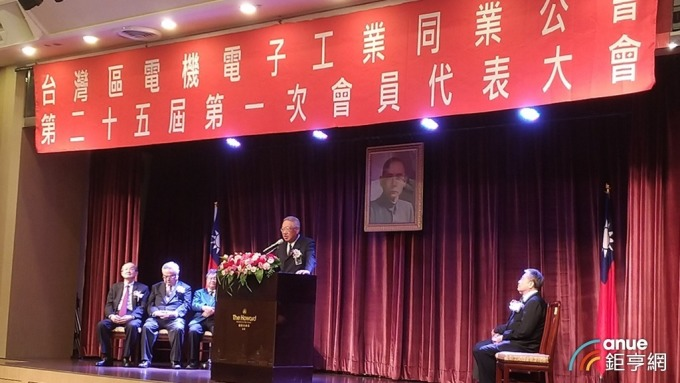 電電公會今日召開第25屆第一次會員代表大會,公會理事長郭台強致詞。(鉅亨網記者彭昱文攝)