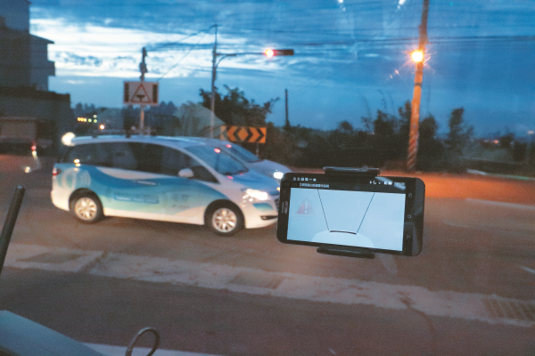 工研院研發的「iRoadSafe」整合通訊、感測器與交通號誌、設施等資訊,破除視覺盲點障礙,並傳輸到電子看板,提醒用路人達到安全防撞效果。