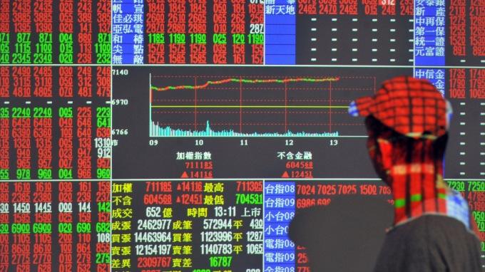 台股再拚止跌,光穩匯市還不夠,還缺這條件。(圖:AFP)