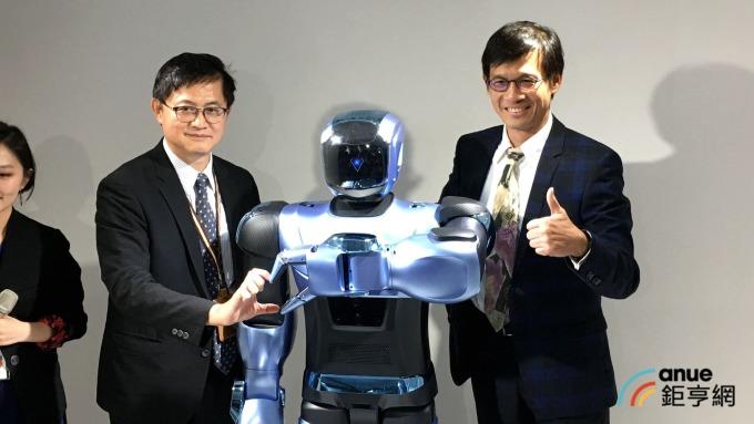和碩董事長童子賢(左)、技術長黃中于(右)與機器人ARiA互動。(鉅亨網記者劉韋廷攝)