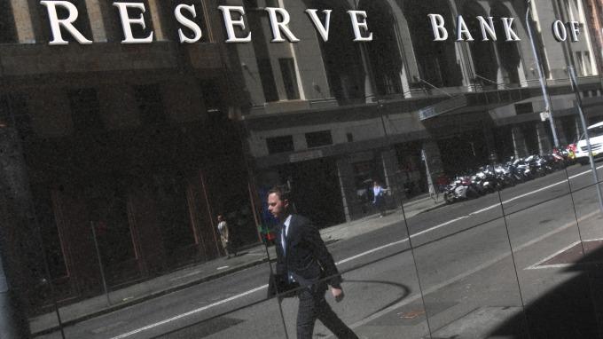 澳洲央行近3年首度降息 符合市場預期(圖片:AFP)