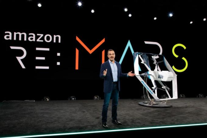 亞馬遜全球消費者業務執行長Jeff Wilke在Re:Mars大會上介紹新款無人機(圖片:theverge)