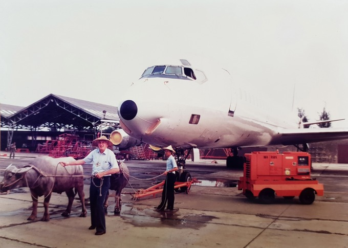 1977 年中美斷交,臺南飛行場的亞洲航空公司,祭出「牛車拉飛機」苦肉計,向母公司索取資金紓困。 圖片來源│亞洲航空(股)公司編(2016)《亞洲航空公司 70 週年特刊》