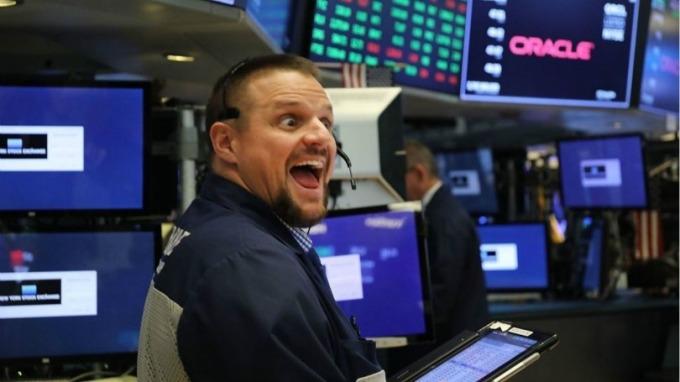 週五銀行股立冬,科技股如臨夏至。(圖片:AFP)