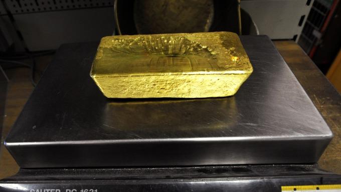 貴金屬盤後─股市與美元上漲 黃金收低16.80美元 結束連九天漲勢 (圖片:AFP)