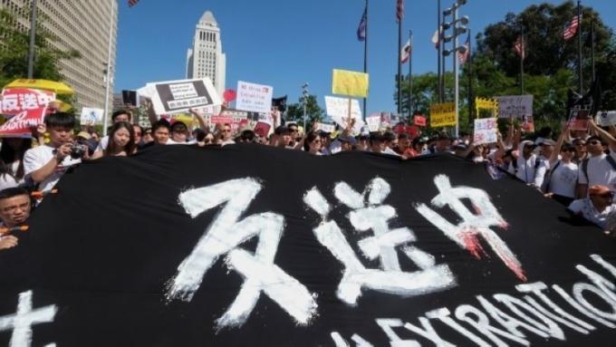 股票分析師因具有爭議的引渡法案 而考慮離開香港 (圖片:AFP)