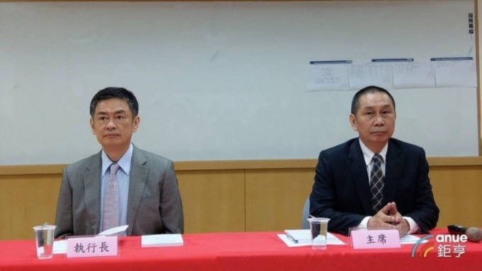 大立光執行長林恩平(左)及董事長林恩舟。(圖:鉅亨網張欽發攝)