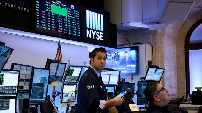 美股盤前─油輪遇襲 油價上漲 帶動道瓊指數走高約70點 (圖片:AFP)