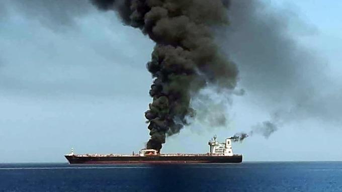 兩艘油輪在荷莫茲海峽附近的阿曼灣遇襲,該消息導致油價大漲。(圖片:AFP)