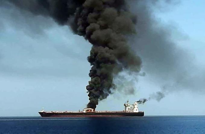 周四傳出兩艘油輪在阿曼灣遇襲 。(圖片:AFP)