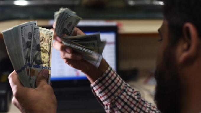 美國5月零售銷售月增0.5%,美元指數應聲走揚。(圖片:AFP)