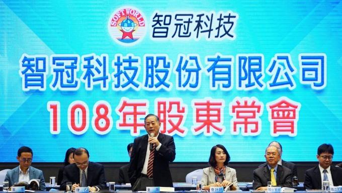 遊戲大廠智冠科技今(18)日召開股東會。站立者為董事長王俊博。(圖:智冠提供)