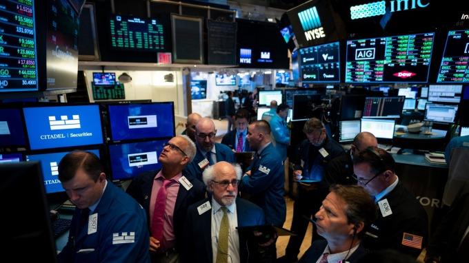 Fed 鴿聲嘹亮!刪除「耐心」一詞暗示降息 四大指數收漲 (圖片:AFP)
