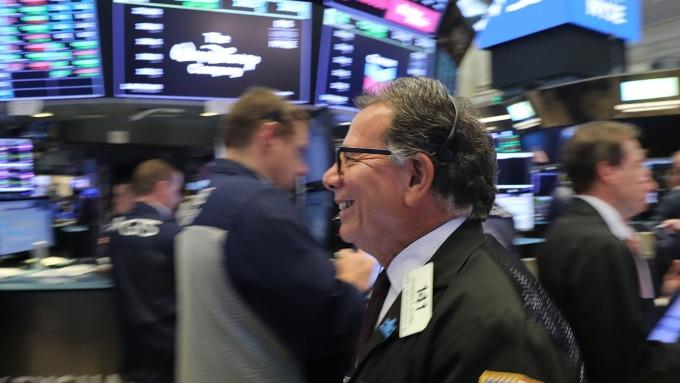 美股盤前─Fed降息希望大增 道瓊指數上漲逾200點 (圖片:AFP)