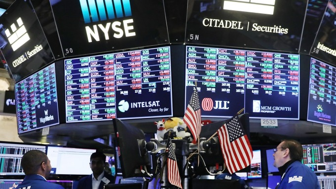 美股盤中─預期Fed將會降息 道瓊上漲逾250點 S&P 500創新高 (圖片:AFP)