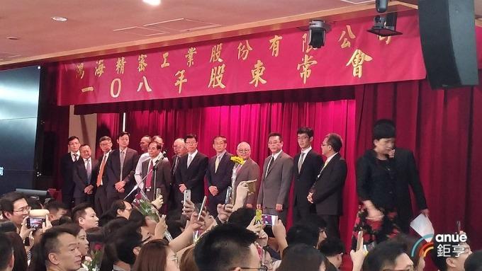 鴻海新董事會成員在新任董座劉揚偉率領下,在股東會後亮相。(鉅亨網記者彭昱文攝)