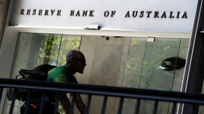 澳幣為何今年以來走勢與鐵礦砂價格背離?(圖片:AFP)