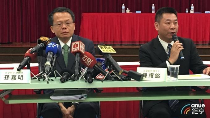 長榮航總經理孫嘉明(左)哽咽提到「票務櫃台忙的連吃飯時間都沒有」。(鉅亨網記者王莞甯攝)