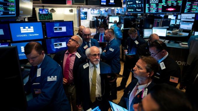 聯準會官員降低下月降息的樂觀情緒,週二美股主指全面下跌。(圖片:AFP)