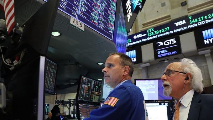 美股盤中─消費者信心指數大幅下降 道瓊下跌125點 (圖片:AFP)
