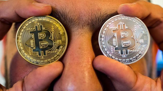 比特幣一度漲破1萬2900美元,創17個月新高。(圖片:AFP)