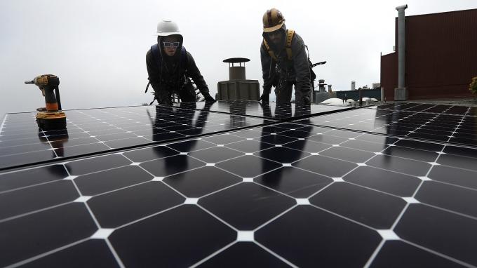 丸紅:全球最大太陽光電設施 在UAE展開營運。(示意圖) (圖片:AFP)