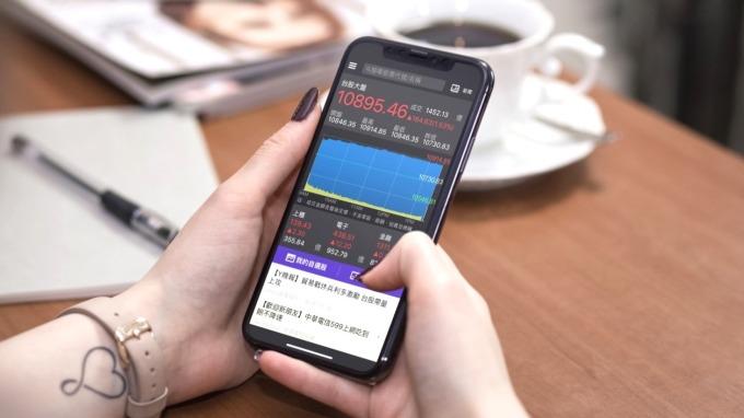 Yahoo公布Q2十大爆紅股,網友焦點從電子轉向內需傳產、金融股。(圖:Yahoo奇摩提供)