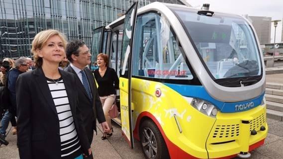 (圖二:法國無人駕駛巴士,AFP)