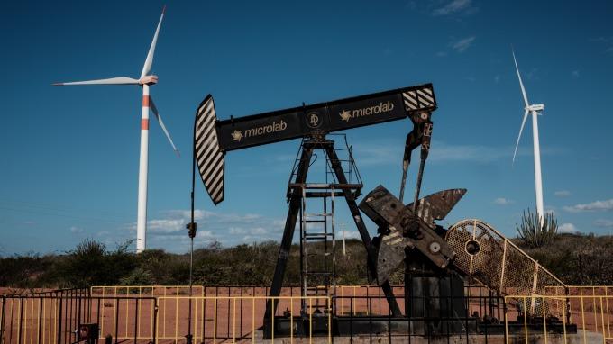 上週美國原油庫存減少500萬桶,該消息帶動油價走揚。(圖片:AFP)
