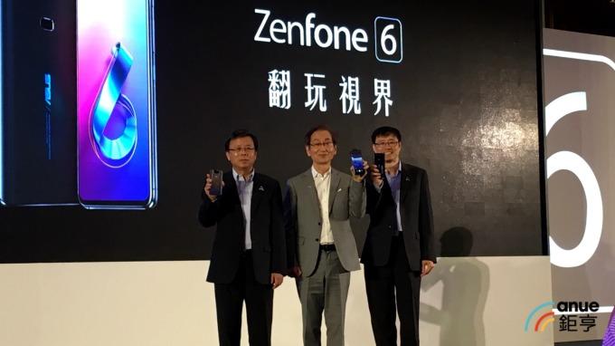 華碩董事長施崇棠(中)、共同執行長許先越(右)、胡書賓(左)。(鉅亨網資料照)