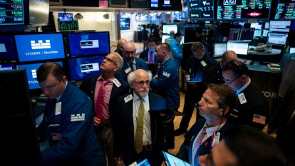 週一蘋果慘遭降評,拖累科技股跌,道瓊下跌逾百點。(圖片:AFP)