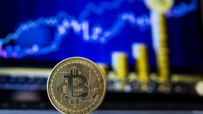 比特幣又瘋了 單日漲幅近10%(圖片:AFP)