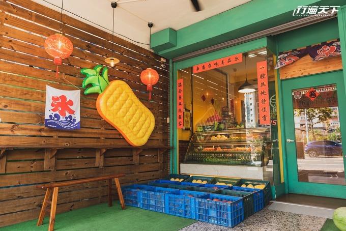 夏日最熱銷的就是芒果冰,每個週末都要吃掉像門口這樣好幾籃的份量。店內佈置既復古又童趣。