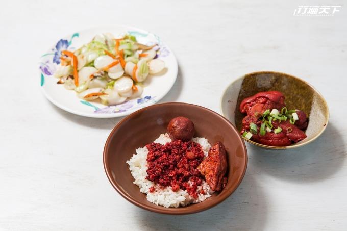 充滿故鄉味的炒手作年糕與紅麴豬腳、紅麴滷肉飯特餐。