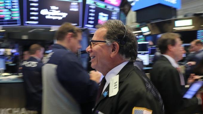 一家大銀行建議出脫股票 貝萊德:投資人對美國股市要有信心 (圖片:AFP)