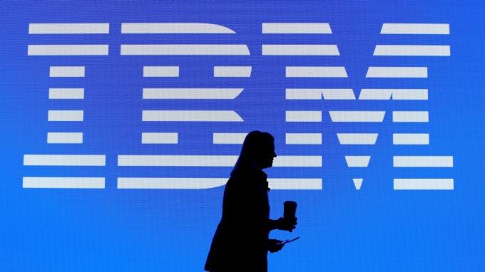 藍巨人戴上小紅帽!IBM 完成 340 億美元紅帽收購計畫 (圖片:AFP)