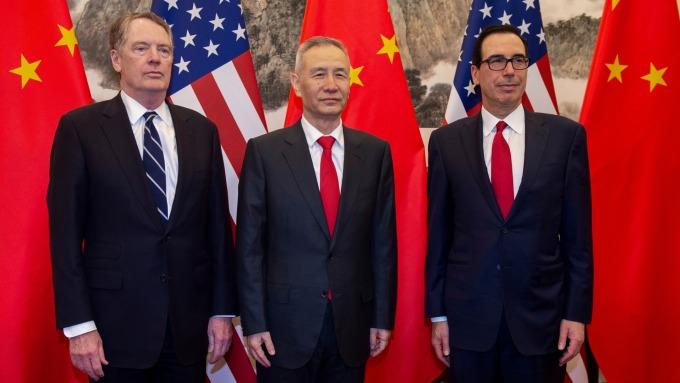 美國貿易代表萊特海澤、財政部長梅努欽 (右) 與中國國務院副總理劉鶴 (中) 週二熱線會談。(圖片:AFP)