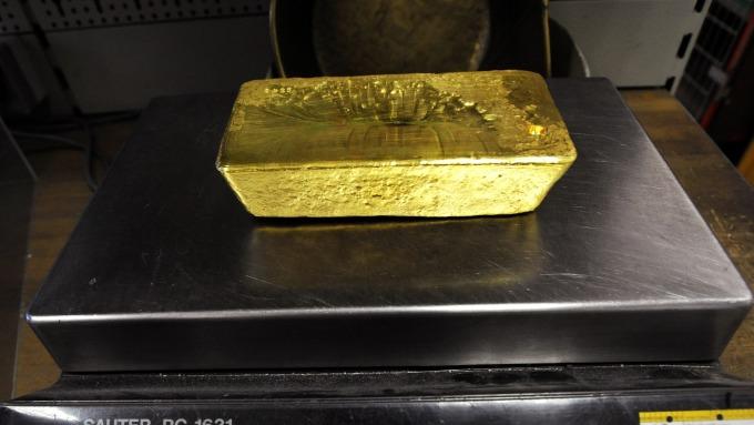 貴金屬盤後─黃金收於1400美元關卡之上 等待Fed主席發表利率談話 (圖片:AFP)