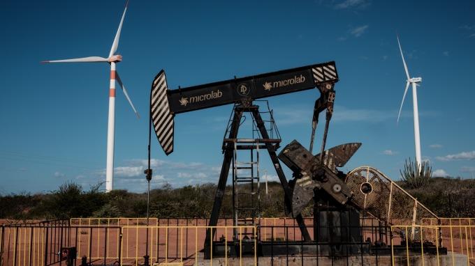 美國原油庫存下滑,加上OPEC延長減產協議,帶動油價走揚。(圖片:AFP)