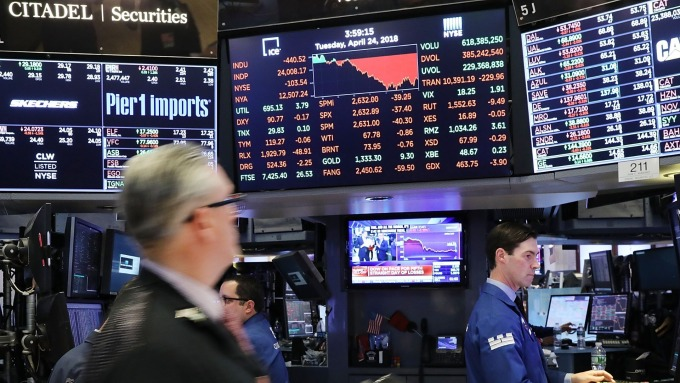 美股盤中─Fed主席暗示即將降息 S&P 500首度突破3000點大關 (圖片:AFP)