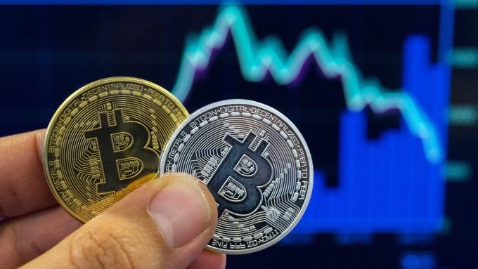 鮑爾批數位貨幣Libra 比特幣價格重挫約15%(圖片:AFP)