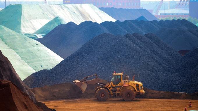 鐵礦石價格飆升近70% 鋼鐵產業苦不堪言 (圖:AFP)